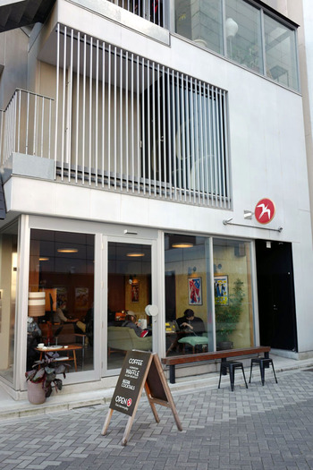 ノルウェーで誕生したカフェ「Fuglen(フグレン)」の浅草店があるのは、浅草寺の裏手。居酒屋さんが軒を連ねる通りで、ぱっと目を惹く外観が目印です。