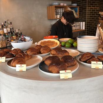 店内のインテリアは、ノルウェーのヴィンテージデザインにこだわっていて洗練された雰囲気。カウンターに並ぶパンにもこだわりが。  たとえば、「シナモンロール」は香り豊かなノルウェー産小麦とサワードウの生地を使用。独特の香りが特徴の「カルダモンロール」は根強いファンがいる逸品です。