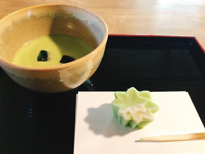 季節の上生菓子といただくお抹茶セット。上品な甘さのお菓子が、お抹茶の味を引き立ててくれます。