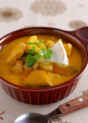 秋冬に甘みがぐっと増して美味しくなるカボチャを使ったシチュー。カマンベールで濃厚なシチューに仕上がっています。色鮮やかなオレンジ色のシチューは、食卓を明るくしてくれそうですね♪