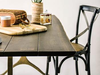フレンチオークを使った味わい深いダイニングテーブルです。天板はライブエッジといわれる木が持つ自然な曲線を残して仕上げれられています。触れるたびに、木の良さを感じられるテーブルですね。  国内では流通していない素材を使ったリサイクルメタルのキャストレッグはブラス色で仕上げ、インダストリアル感も抜群。ごはんの時間が待ち遠しくなりそうです。