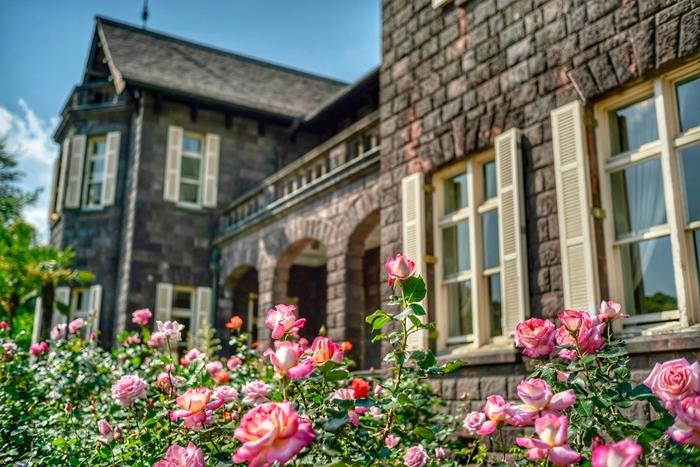 イギリス人の建築家ジョサイア・コンドル設計の洋館と西洋庭園が印象的な「旧古河庭園」。花の名所としても有名で、特に春のバラフェスティバルでは、約100種200株のバラが咲き誇る美しい眺めを堪能できます。アクセスは、JR上中里駅から徒歩約7分。