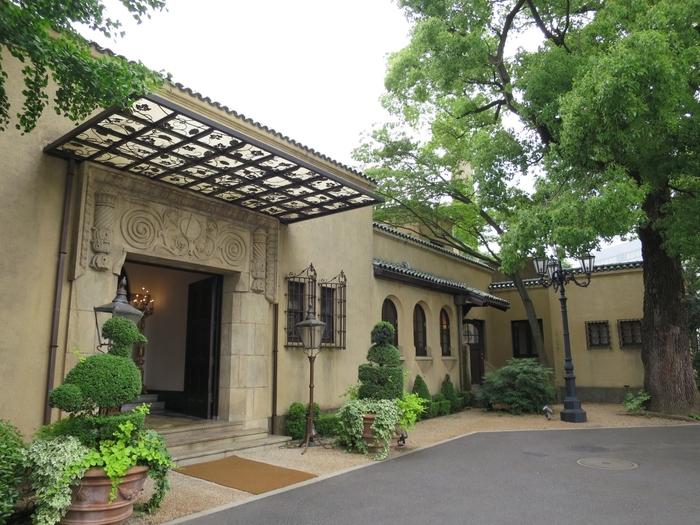 都営大江戸線の若松河田駅から徒歩1分のところにある小笠原伯爵邸は、1927年に旧小倉藩藩主の小笠原長幹の邸宅として建てられました。