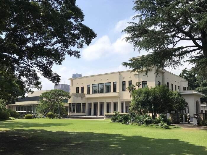 旧朝香宮邸、現在は美術館として一般公開されている「東京都庭園美術館」。敷地内の新館(写真左)に「カフェ庭園 」があります。