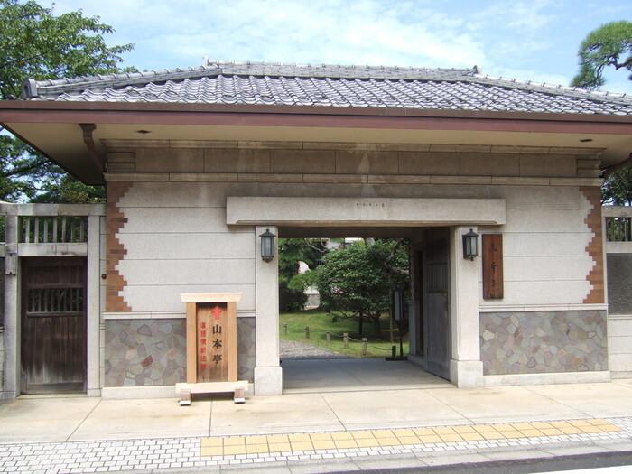 西洋建築を取り入れた和洋折衷の建築が特徴的な「山本亭」。元々個人の住居でしたが、建築の細部まで非常に美しく、さらに庭園は海外からも高く評価されています。