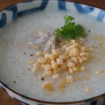 生米を使って作る場合は、圧力鍋を使うと煮込む時間を短縮できます。鶏手羽先などを使った中華粥を楽しみたいときも、圧力鍋を使えばホロホロ柔らかな食感になる上、鶏の美味しい出汁も出て一石二鳥♪