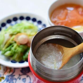 実は、中華粥はお鍋を使わずにスープジャーでも簡単に作れるんです。スープジャーに洗ったご飯と熱湯を入れ一度お湯を捨て、再度熱湯と具材、調味料を入れて2~3時間ほど待てば出来上がりです。朝作ればお昼にはできているので、ちょっと疲れた日のランチにもおすすめですよ。