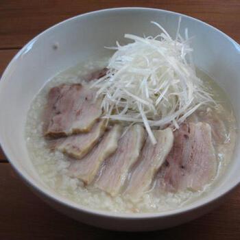 ゆで豚のゆで汁を使って作る、旨味たっぷりな中華粥レシピです。しっかり出汁がでるので、味付けはシンプルに。香味野菜と一緒に煮込むことで臭みもなく美味しく仕上がります。