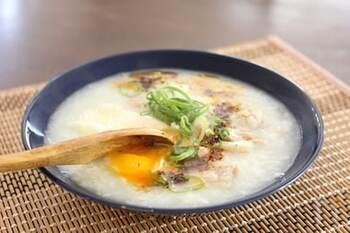 鶏肉を使った中華粥に、卵を落とし、刻みネギ・ラー油をかけていただきます。濃厚な黄身と鶏出汁の旨味、ラー油の香りがベストマッチ!サクッと10分ほどで出来るのも嬉しいレシピです。
