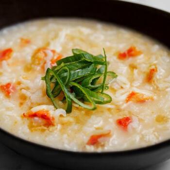 カニ剥き身を使って作るちょっと贅沢な中華粥レシピです。カニの風味を消さないよう、ごま油は控えめに。お正月などちょっと特別な日にも作りたい一品です。
