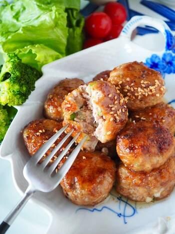 シャキシャキえのき茸とお豆腐のふわふわ食感のハーモニーがおいしい。コチュジャンが入ったピリ辛の韓国風の味付け。