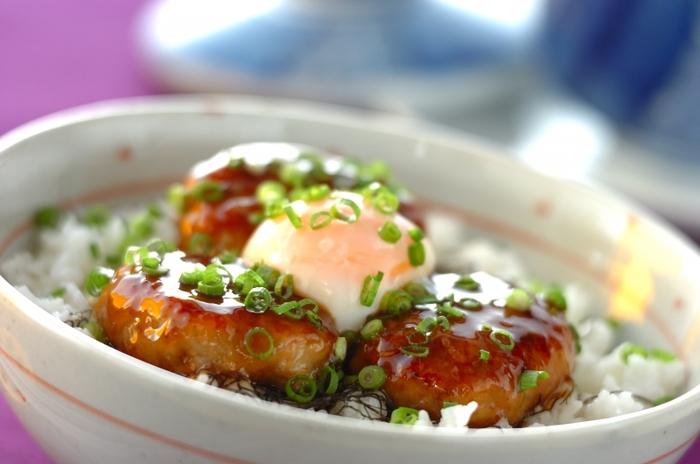 レンコンのシャキシャキ食感が楽しいつくね丼。ご飯にタレと崩した温泉卵を絡めながら食べると絶品です。