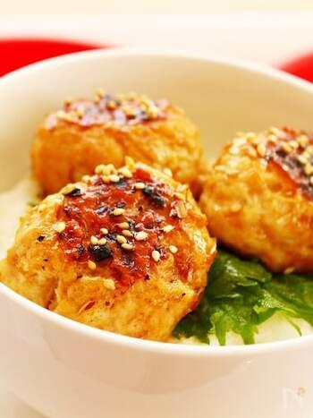 とろろご飯の上に大葉とシンプルな鶏つくねをのっけて爽やか味の丼に。食欲のない日もお箸がすすむとっておきの一品です。