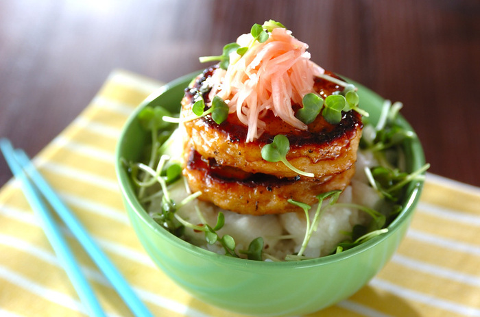 みじん切りにしたショウガの風味がお口の中でふんわり爽やかに広がるつくね。ふわふわにすりおろした長芋をご飯にのっけて、後味の良い丼に。
