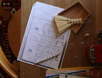 机の上のゴミなどをサッと払いたい時に便利な小さめのほうき。近くに置いてあれば、自然と使いたくなる道具ですよね。