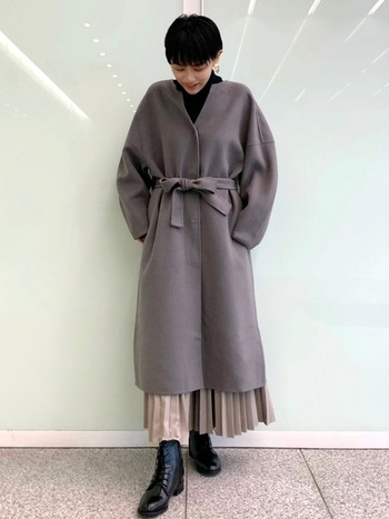 ノーカラーのコートには共布のベルトが付いています。フロントで結ぶと腰でウエストマークされ、コーデのシルエットにメリハリが出来ます。そのお陰でスタイルアップして見えるので、着やせや足長などの嬉しい効果も。