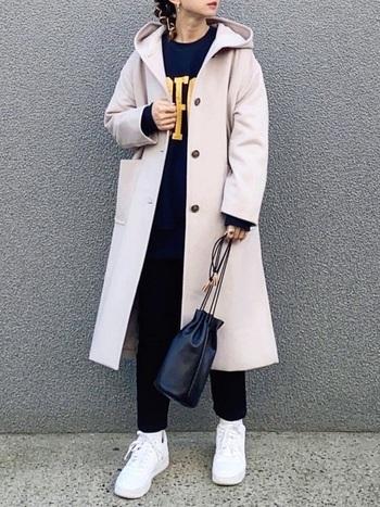 大きめのフードが素敵なコートは、ロゴの入ったスウェットとスリムなパンツを合わせてカジュアルに。バッグやヘアアレンジでトレンド感や自分らしさをミックスしましょう。足元を白でまとめるとコーデの雰囲気が軽くなります。