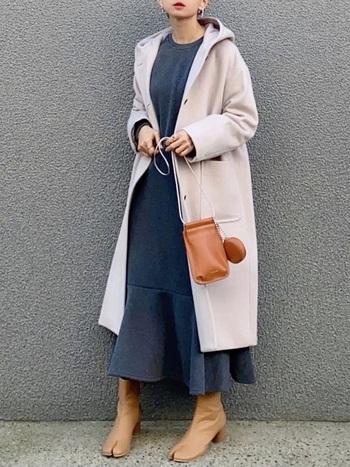 同じコートを着こなすときでも、中に着るコーデの雰囲気をがらりと変えると、コートの雰囲気も同じくらい変わります。さらりとワンピースを合わせ、ブーツとバッグを茶系で揃えまとまり感のあるコーデに。