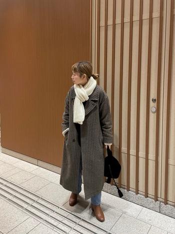 同じチェックのチェスターコートに、白いマフラーをプラスしてイメージを一新。足元もスニーカーからブーツに変えることで、冬らしいスッキリとした装いに。