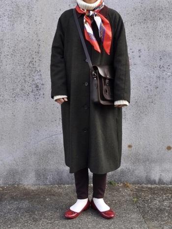 大判のスカーフをお持ちなら、こんな風にきゅっと結んで首元を彩りつつ防寒してみてはいかがでしょうか。シューズの色味とリンクさせれば、コーデもぐっとお洒落になります。