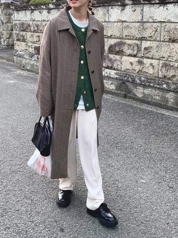 チェックのコートにとろみのあるパンツを合わせたトレンド感のあるコーデ。靴とリンクさせたクラシックなメインのバッグとは対照的に、海外の本屋さんやマーケットを思わせるエコバッグを。ラフさが加わりコーデも軽やかに。