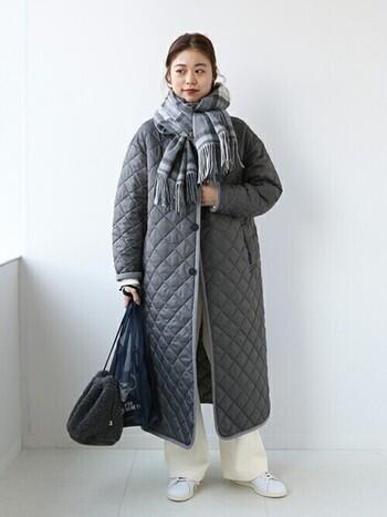 グレーでまとめたコーデ。コート、マフラー、バッグをグレー系でまとめて、同じく深みのあるネイビーカラーのエコバッグを合わせて全体感を統一。足元だけ白でまとめれば軽さも生まれます。