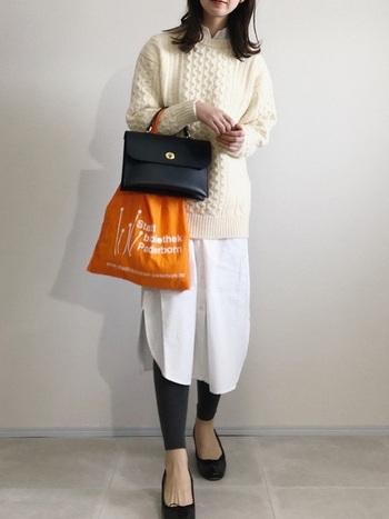 シャツワンピとニットを合わせたパリジェンヌ風のレイヤードコーデ。レギンスや靴とバッグで色を揃えつつ、オレンジのエコバッグで遊び心を加えてみましょう。雰囲気が一変しますよ。