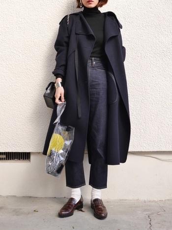 ネイビーのコートとタートルニットのブラックがシックな雰囲気を醸し出すコーデ。デザイン性の高いショルダーバッグでコーデにポイントをプラス。さらに、エコバッグはクリアな素材にすることで遊び心と抜け感をプラスすることが出来ます。