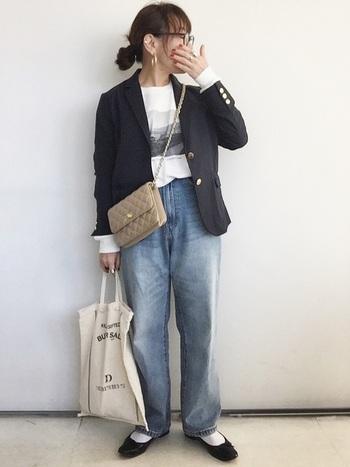 大人カジュアルなジャケットとデニムのコーデ。シックなバッグに、ロゴの入ったエコバッグを合わせて。一見異なるもの同士でも、ジャケットとデニムの関係性のように似たニュアンスを醸し出しています。