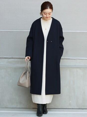 ノーカラーのロングコートのインナーには、パッと明るいホワイトのワンピースを。コートよりもワンピースの裾が長いので、軽さが出て、全体が柔らかな印象に。バッグはコートとワンピースの中間色にして馴染ませて。