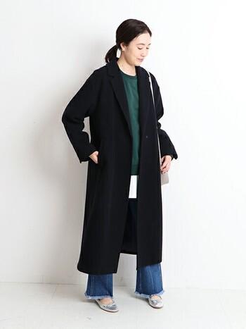 ロングコートはデニムでカジュアルに着こなしましょう。いつもの着こなしと少し違うのは、小さめのバッグやバレエシューズでパリのエッセンスをプラスしたこと。小物を変えるとコーデの雰囲気も変わります。