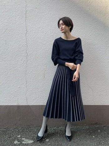 ワンピースのスカート部分の一色をタイツに持ってきて。流れるような統一感が足元にまで現れます。
