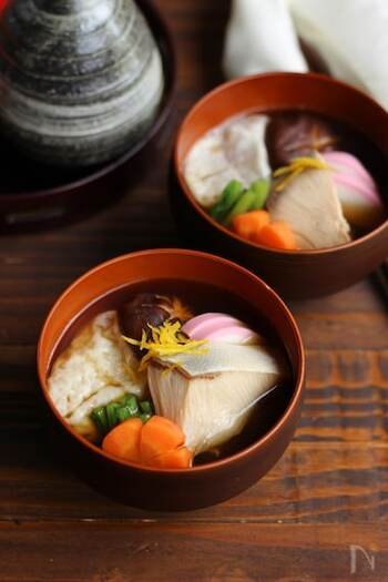 福岡など九州地方のお雑煮は、縁起のいい出世魚のぶりをお雑煮に入れます。あごだし(とびうお)を使うのも特徴。たまにはちょっと違ったお雑煮を作るのも楽しそう。