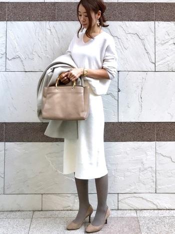 白いセットアップにグレーのタイツを合わせて。オフィスにもOKのキレイ目スタイルの完成です。