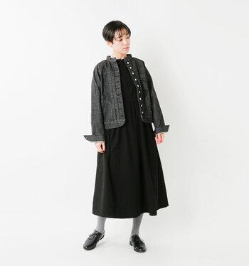 黒のワンピース&ジャケットのキチンと系スタイル。マットなグレーのタイツ&フラットなシューズで抜け感を出して。