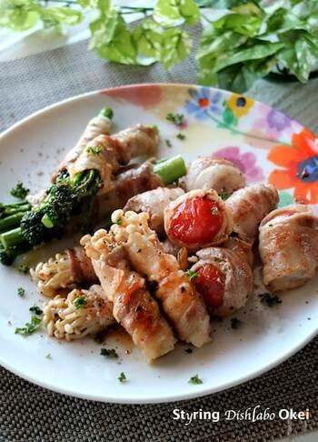 スティックセニョールや野菜に豚肉を巻き付けて焼いて、ペペロンチーノ風の味付けに。ボリュームもしっかりあって、ヘルシーなので野菜をたくさん食べたいときにおすすめのレシピです。冷蔵庫の野菜を消費したい日のおかずにいかがですか?