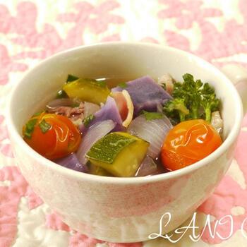 スティックセニョールや野菜をコンソメで煮込むだけの簡単レシピです。ズッキーニやレッドオニオンなどでレシピの通りに作れば野菜の色が染みだした彩り豊かなポトフに。冷蔵庫にある野菜で代用もOK♪