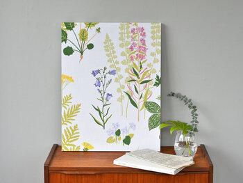 豊かな自然を感じさせてくれる「植物柄ファブリック」も今年人気のアイテムとなりそうです。クッションカバーやベッドカバー、カーテンなどで手軽に取り入れることで、お部屋のおしゃれなアクセントとして活躍してくれますよ。
