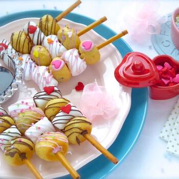 こちらは、市販のプレッツェルやマシュマロ、チョコシューなどを使って作るケーキポップの変化形です。プレッツェルはチョコ入りを選ぶのがポイント。お菓子をプレッツェルに挿してチョコペンなどでデコレーションするだけなので、幼稚園や小学校低学年の子でも簡単にできますよ♪