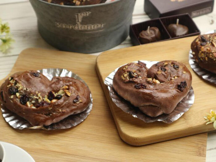 パン作りの基礎もマスターできちゃうハート型のチョコレートパンです。ココアを練り込んだ生地に、アーモンドやクランベリーも織り込んだ本格フレーバーのパン。成形もとっても簡単。3~4日はおいしく食べられるので、余裕をもって作っても大丈夫♪