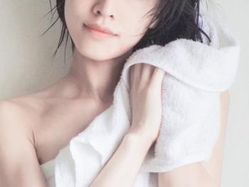 ヘアオイルトリートメントを使うタイミングは、お風呂上りがベスト。タオルドライをした後の少し濡れた髪につけると良いでしょう。もちろん乾いた髪につけることもできますが、少し濡れていた方がオイルの伸びが良いのでおすすめです。