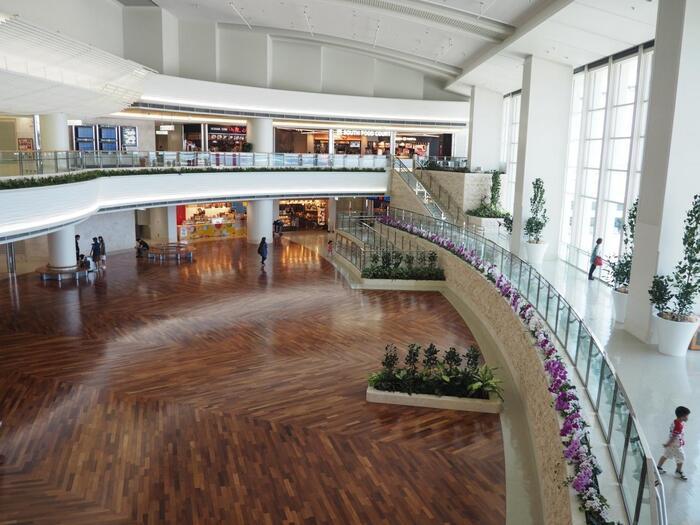 那覇空港国内線ターミナルビルはもちろん、国際線旅客ターミナルビル、それを結ぶ際内連結ターミナルでも、お買い物を楽しめます。  画像/2019年誕生したばかりの「那覇空港際内連結ターミナル施設」