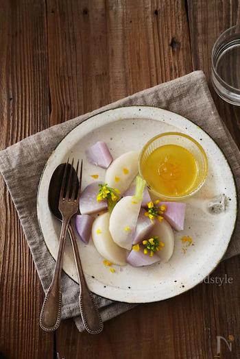 オリーブオイルと白ワインビネガーを乳化させたらゆずジャムを加えフルーティーなドレッシングに。温野菜にかけてシンプルにいただきましょう。