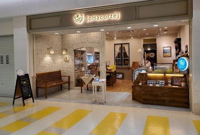 浦添(うらそえ)市に本店があり、国際通りのすぐ近くにも店舗がある、フルーツタルトが人気の『oHacorté(オハコルテ)』。 那覇空港内2F、JAL側の手荷物検査場の近くに那覇空港店があります。青い看板が目印ですよ。