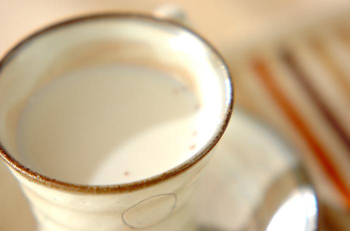 温めた牛乳にお好みのジャムと、ホットジャムミルクとはちみつを少し加えたホットジャムミルク。優しい甘さでほっと気持ちが和らぎます。