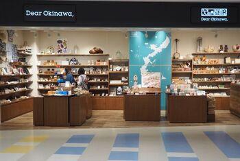 ■那覇空港際内連結ターミナル 2階「Dear Okinawa」 *YuinichiStreet(ユイニチストリート)内   やちむん(焼き物)や琉球ガラス、染織物、金工ジュエリーなど、沖縄の工芸品やクラフトを販売するセレクトショップ。