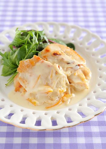 鶏肉のソテーに、マーマレード風味を効かせたフルーティーなクリームソースをかけたおしゃれなひと皿。濃厚なソースも柑橘の爽やか風味のおかげで、最後まで飽きずに食べられます。