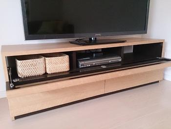 使わないときはテレビボードに入れておいて、使うときはバスケットごとリビングのテーブルに持ってくるようにすれば、いつでもリビングをスッキリ保てます。