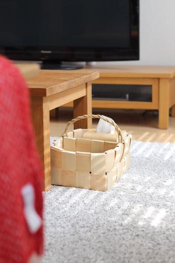 リビングのテーブルサイドに置いておくと機能的。取っ手付きなので持ち運びもラクラクです。
