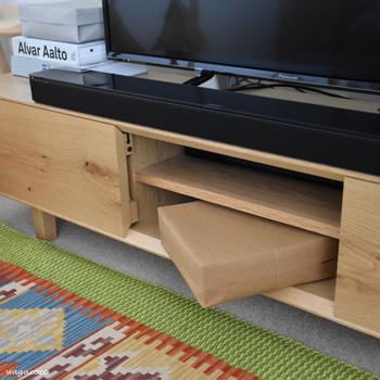 普段リモコンを使わないときは、テレビボードにボックスごと収めておきます。扉のないオープンラック部分に収納しておくと取り出しがラク。